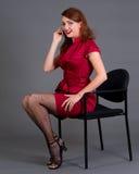 Muchacha del Redhead con su teléfono celular Imágenes de archivo libres de regalías