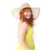 Muchacha del Redhead en alineada amarilla del verano Foto de archivo
