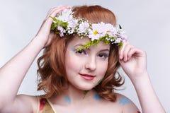 Muchacha del Redhead en guirnalda Fotos de archivo libres de regalías