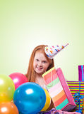 muchacha del redhead en sombrero del partido con los globos y la caja de regalo Fotografía de archivo
