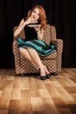 Muchacha del Redhead que come secretamente la torta. Imagenes de archivo