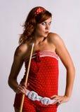 Muchacha del Redhead que lleva a cabo una señal de piscina Foto de archivo