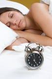 Muchacha del reloj de alarma fotografía de archivo libre de regalías