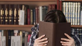Muchacha del retrato de la cara en ropa del invierno en librería metrajes
