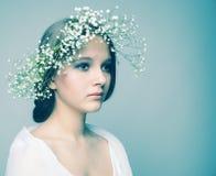 Muchacha del retrato de la primavera con la guirnalda de flores Imagenes de archivo