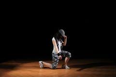 Muchacha del salto de la cadera en danza fotos de archivo
