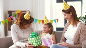 Muchacha del saludo de la familia con el partido del cumpleaños en casa almacen de video