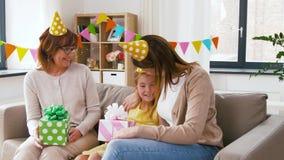 Muchacha del saludo de la familia con el partido del cumpleaños en casa metrajes