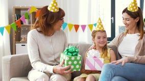 Muchacha del saludo de la familia con el partido del cumpleaños en casa almacen de metraje de vídeo