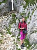 Muchacha del senderismo en la montaña foto de archivo libre de regalías