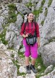 Muchacha del senderismo en la montaña fotografía de archivo libre de regalías
