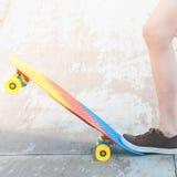Muchacha del skater del primer con el monopatín al aire libre en el skatepark Imagen de archivo libre de regalías