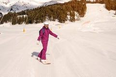 Muchacha del snowboarder del principiante Fotografía de archivo