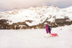 Muchacha del snowboarder del principiante Imagenes de archivo