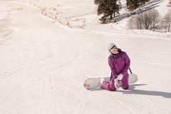 Muchacha del snowboarder del principiante Imagen de archivo