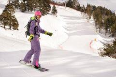 Muchacha del snowboarder del principiante Fotografía de archivo libre de regalías