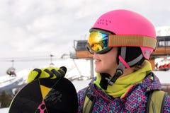 Muchacha del Snowboarder en Arhiz, montaña caucásica Fotografía de archivo