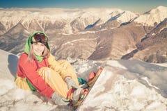 Muchacha del Snowboarder en el fondo de las montañas de la alta montaña, Suiza Fotos de archivo