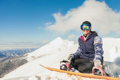 Muchacha del Snowboarder en el fondo de las montañas de la alta montaña, Suiza Foto de archivo libre de regalías