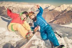 Muchacha del Snowboarder en el fondo de las montañas de la alta montaña, Suiza Imagenes de archivo