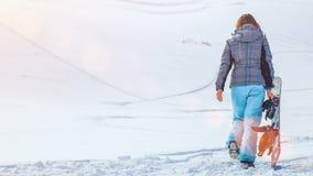 Muchacha del Snowboarder 4k, 25fps almacen de metraje de vídeo