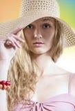 Muchacha del soñador del verano con el sombrero de paja en la playa fotografía de archivo libre de regalías