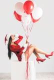 Muchacha del sSanta de la muchacha que lleva en vestido corto de Navidad del rojo Foto de archivo libre de regalías