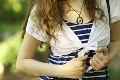Muchacha del torso en camiseta rayada Fotografía de archivo