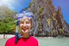 Muchacha del tubo respirador de las vacaciones de la playa que bucea Imágenes de archivo libres de regalías