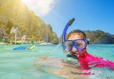 Muchacha del tubo respirador de las vacaciones de la playa que bucea Foto de archivo