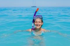 Muchacha del tubo respirador de las vacaciones de la playa que bucea Fotos de archivo libres de regalías
