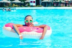 Muchacha del tween en piscina del centro turístico Fotos de archivo libres de regalías