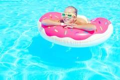Muchacha del tween en piscina del centro turístico Foto de archivo libre de regalías