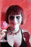Muchacha del vampiro con el vidrio de la bebida roja de la sangre Fotos de archivo