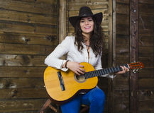 Muchacha del vaquero con la guitarra Foto de archivo libre de regalías