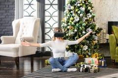 Muchacha del vendedor que usa los vidrios de la realidad virtual Foto de archivo
