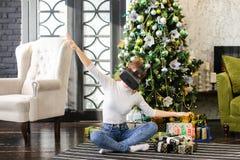 Muchacha del vendedor que usa los vidrios de la realidad virtual Imagen de archivo