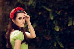 Muchacha del verano con el casco hecho a mano floral rojo Imagen de archivo libre de regalías