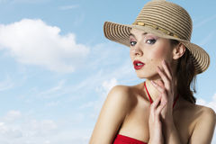 Muchacha del verano con el sombrero Fotografía de archivo