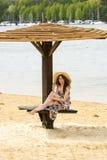 Muchacha del verano con el sombrero debajo del paraguas imagenes de archivo