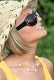 Muchacha del verano con los vidrios de sol Imagen de archivo libre de regalías