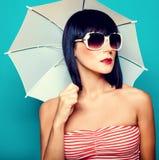 Muchacha del verano con un paraguas Fotografía de archivo