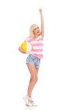 Muchacha del verano con una pelota de playa Imágenes de archivo libres de regalías