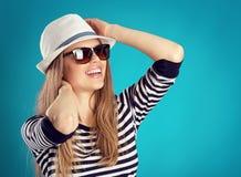 Muchacha del verano en sombrero Imagen de archivo libre de regalías