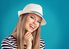 Muchacha del verano en sombrero Fotografía de archivo libre de regalías