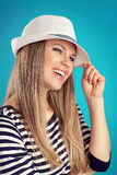 Muchacha del verano en sombrero Imágenes de archivo libres de regalías