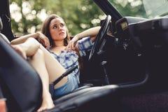Muchacha del verano que se sienta en coche abierto Foto entonada Foto de archivo