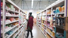 Muchacha del viaje en el supermercado metrajes