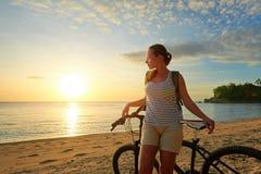 Muchacha del viajero con la mochila que disfruta de vista de la isla hermosa a Imagenes de archivo