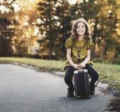 Muchacha del viajero con una maleta imagen de archivo libre de regalías